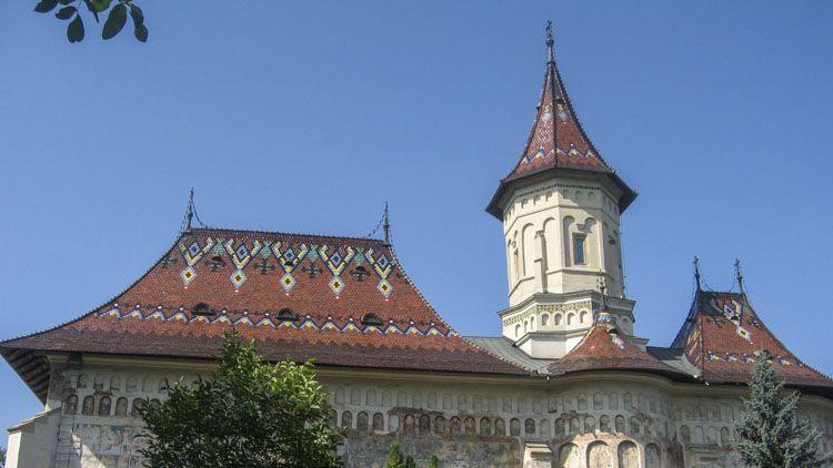 Detalle de los mosaicos del techo y campanario de la iglesia de San Jorge en Moldovita