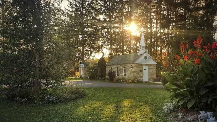 """""""Our Lady Of The Pines"""" es una iglesia católica en Horse Shoe Run, una zona rural de Virginia Occidental. Un cartel en su puerta la indica como la """"Iglesia más pequeña de 48 Estados"""". Esta afirmación es porque cuando se erigió, en 1959, Alaska y Hawái aun no eran estados."""