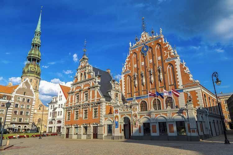 Visitar lugares de culto en Letonia es un viaje impresionante a través de los siglos y varios movimientos artísticos. La diversa arquitectura sagrada en Letonia se debe al hecho de que diferentes religiones han coexistido aquí, con cada región de Letonia que tiene sus propias características arquitectónicas