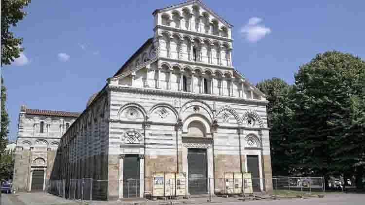 """La Iglesia de San Paolo a Ripa d'Arno es conocida localmente como el """"Duomo vecchio"""" (antigua catedral). Se encuentra en el extremo occidental del casco antiguo de Pisa, al sur del río Arno, que pasa cerca de él de ahí el nombre de """"Ripa d'Arno""""."""