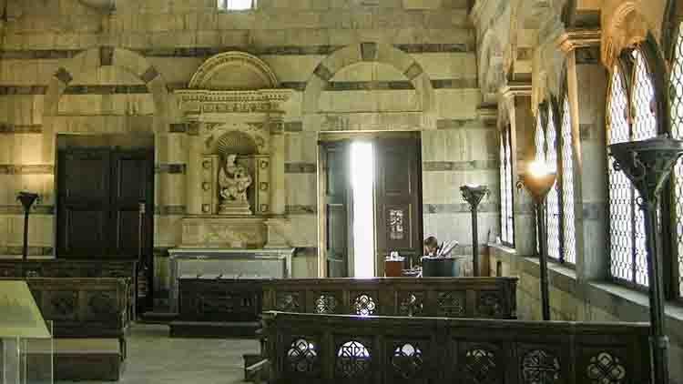 . El centro del presbiterio presenta una escultura de la Virgen con la Rosa, de Andrea y Nino Pisano. El tabernáculo de Stagio Stagi (1534) se coloca en la pared izquierda.