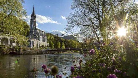 El agua de Lourdes es especial para el peregrino que llega hasta el Gave de Pau, al borde de los Pirineos, en el cantón de los Hautes-Pyrénées, Francia. A mediados del siglo XIX, el pueblo de cuatro mil habitantes vivía de la cría y explotación de las canteras de piedra a su alrededor. Todo cambio cuando, en 1862, las apariciones de Bernadette Soubirous fueron reconocidas por el obispo de Tarbes. En ese momento el crecimiento de la ciudad comenzó alrededor de la cueva de Massabielle y su fuente de agua bendita.