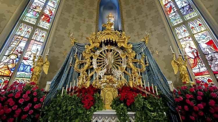 Hay tres altares dentro de la basílica, incluyendo un altar de bronce en estilo neogótico y un altar barroco. Los interiores muestran murales del pintor del Vaticano, Luigi Gregori. Las paredes tienen elaborados frescos de santos y el techo abovedado representa un cielo estrellado con ángeles en sus 12 bahías.