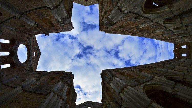 Vista del cielo desde San Galgano, Abadías Italianas – Credito: Antonio Cinotti