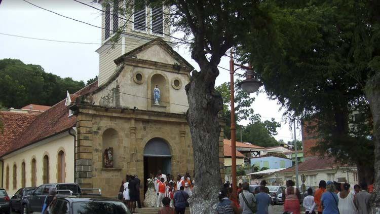 Vista del techo y luminarias Iglesia Virgen de la Salette, Martinique