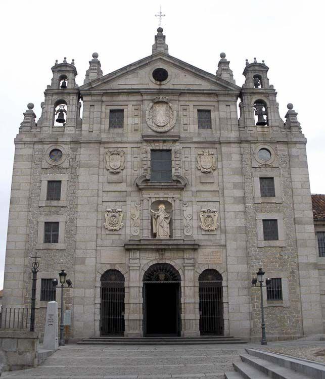 El templo se construyó sobre la casa en la que nació Santa Teresa de Jesús y forma parte del convento Carmelita de Avila