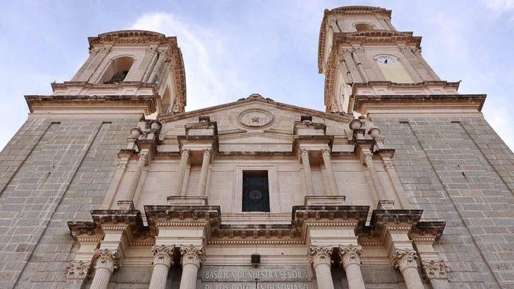 Detalle del frontis de la Basílica Santuario de la Virgen de los Dolores De Soriano