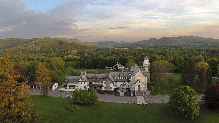 Vista del Eden Hill y el edificio del Santuario Nacional de la Divina Misericordia