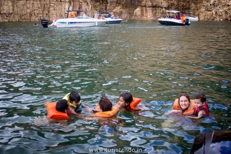 %name Veja como é o passeio de lancha em Capitólio pelo Lago e Canyons de Furnas