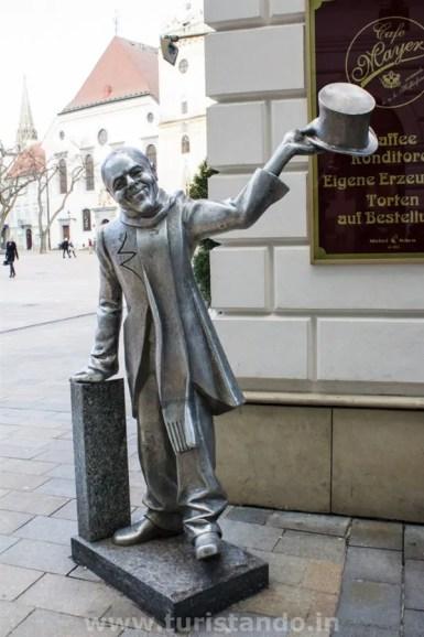 Bratislava 15gen2016 03 683x1024 As estátuas engraçadinhas de Bratislava na Eslováquia