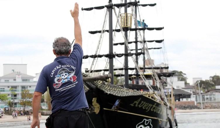 Veja como é o passeio de barco em Florianópolis