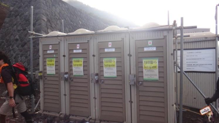 Os banheiros das estações são químicos. Leve papel higiênicos e lenços umedecidos que ajuda.