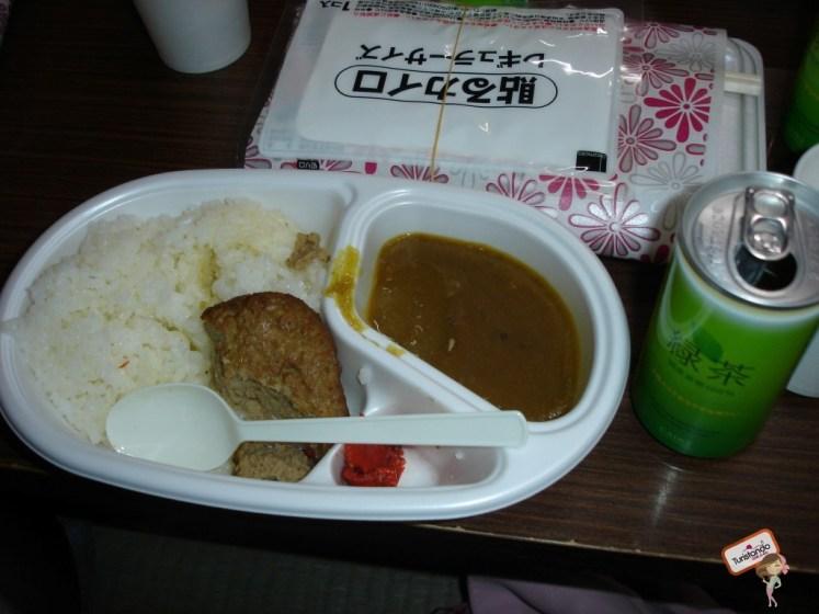 Essa é a jantinha que as paradas mais longas oferecem. Ao fundo da foto um adesivo Kairo que menciono no post.