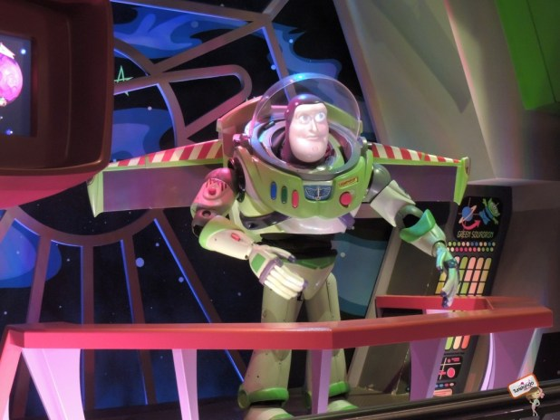 Buzz Lightyear na fila do brinquedo