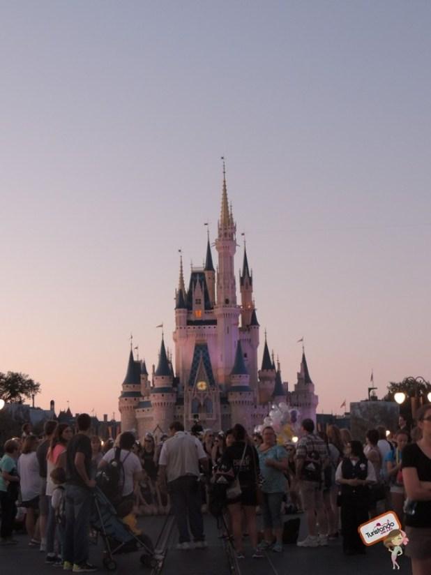 Começando a escurecer, o castelo fica lindo.