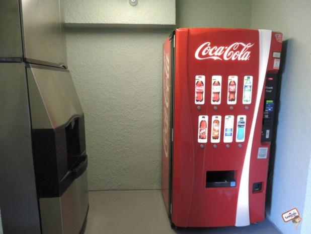 AS máquinas de refri e gelo em cada corredor