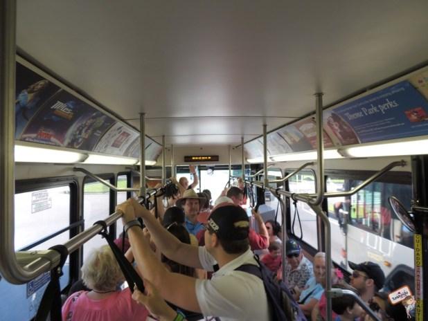 No meio do dia, por volta das 15pm, os ônibus ficam bem cheios mas ainda são bem tranquilos pois o percurso é curto e andam bem devagar!!