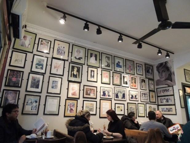 O Diana Café foi um achado, bem em frente ao Kensigton Gardens, ele é todo decorado com fotos, revistas e dizeres da princesa Diana