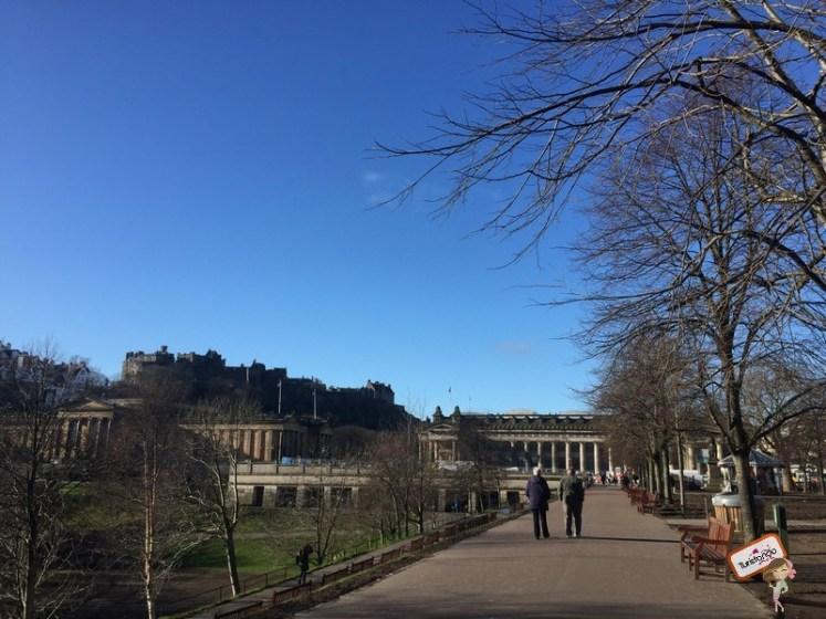 Ao fundo a Galeria Nacional da Escócia