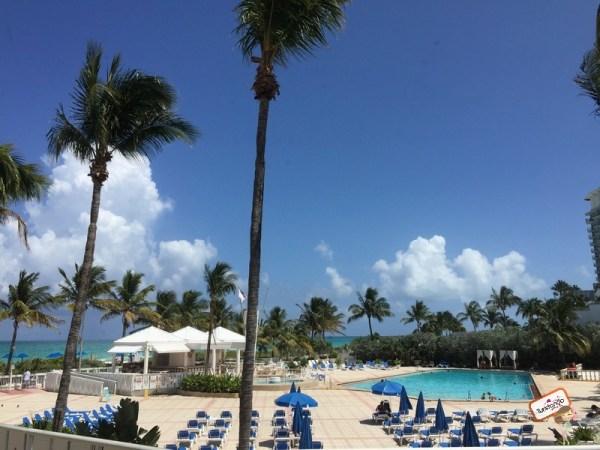 Área da piscina do Deauville Beach Resort em Miami Beach