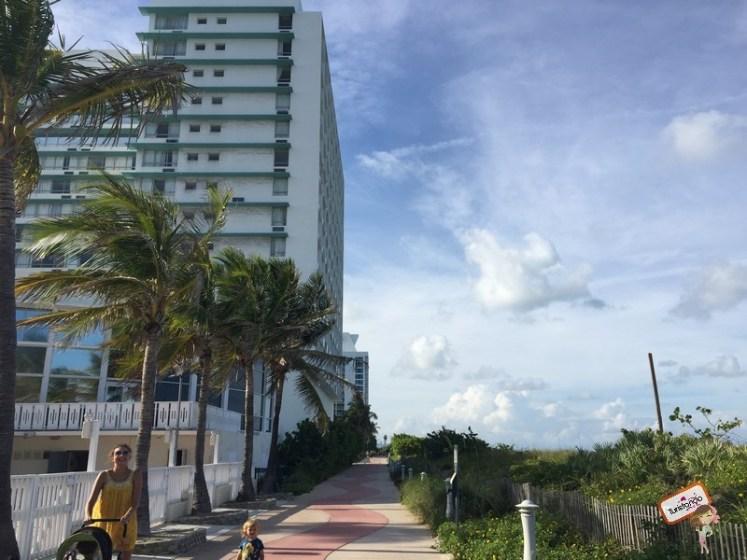 Calçadão em frente ao Deauville Beach Resort em Miami Beach