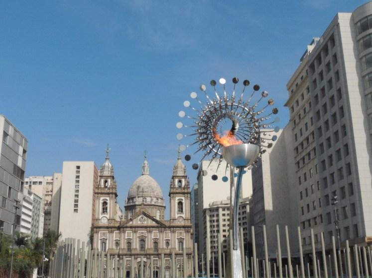 Igreja da Candelária ao fundo da Pira Olímpica - Rio de Janeiro