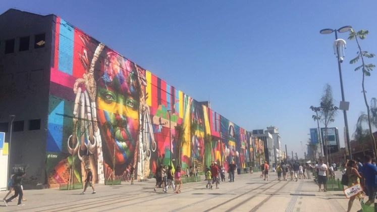 Mural de Street Art feito pelo artista Kobra no Boulevard Olímpico
