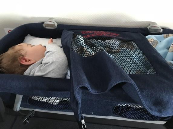 berço do avião, viajar de avião com bebês