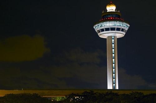 Torre de control del Aeropuerto Changi de noche.