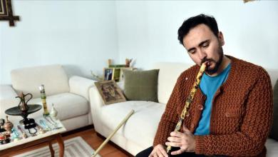 Photo of تركي يصنع أدوات زينة وآلات موسيقية من النفايات الورقية