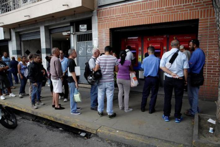 طوابير أمام أجهزة الصراف الآلي في فنزويلا