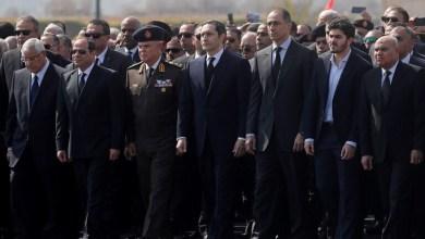 Photo of صورة من جنازة مبارك تثير مواقع التواصل الاجتماعي في تفسير معناها
