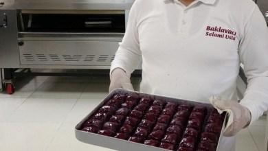 """Photo of صانع حلويات تركي ينتج """"بقلاوة بنفسجية"""" لمرضى السكري"""
