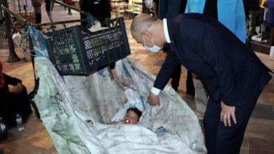 "Photo of ""لا نقبلها لأخواتنا"".. مسؤول تركي يهرع لمساعدة امرأة سورية تجمع النفايات برفقة طفليها (صور)"