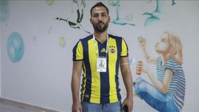 """Photo of سوري يُهدي قمصان """"فنربخشة"""" التركي للأطفال والفقراء"""