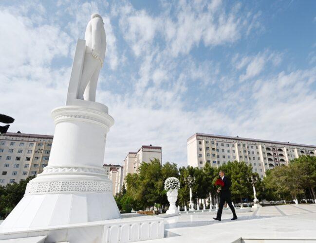 Prezident İlham Əliyev Sumqayıtda ulu öndər Heydər Əliyevin abidəsini ziyarət edib