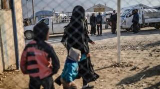 Haseke'de bir kampta kaşlan IŞİD'li kadın