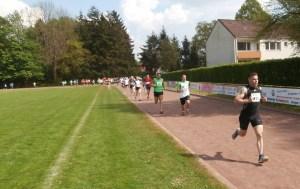 Die 10 km Läufer/innen gehen auf die Strecke !
