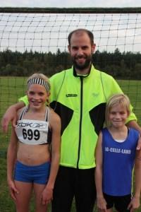 Trainer Björn Lippa mit Marie und Kaya