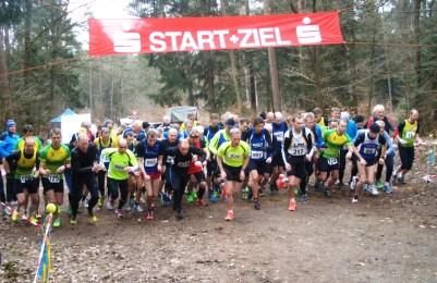 Start des 6000 m Laufes: vorn Stefan, dahinter Detlef und Hans-Jürgen, links Olaf . Die anderen Teilnehmer sind im Feld versteckt !