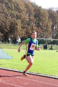 Jonah auf der Zielgraden beim 800 m Lauf
