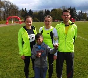 vlnr: Carolin und Stefanie Liedke, Fabian Krüger von der Laufgruppe TuS Bergen