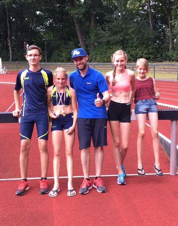 vlnr: Marvin, Marie, Trainer Björn Lippa, Esther, Kaya. Es fehlt Daniel Warnecke