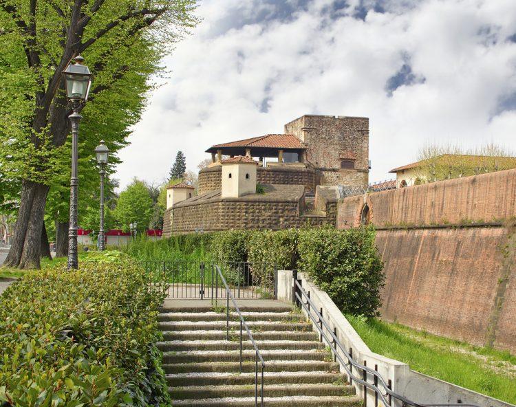 La Fortezza da Basso è una dei due edifici sorti con ruolo difensivo della città di Firenze. Struttura dalla forma pentagonale, descritta anche dal marchese de Sade, la Fortezza da Basso di Firenze è oggi la sede di Firenze Fiera.