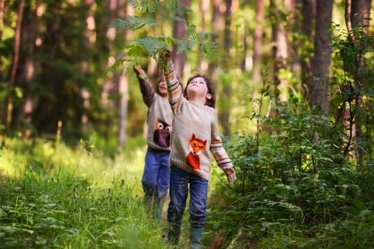 Bambini nel bosco durante le vacanze di Pasqua in Toscana