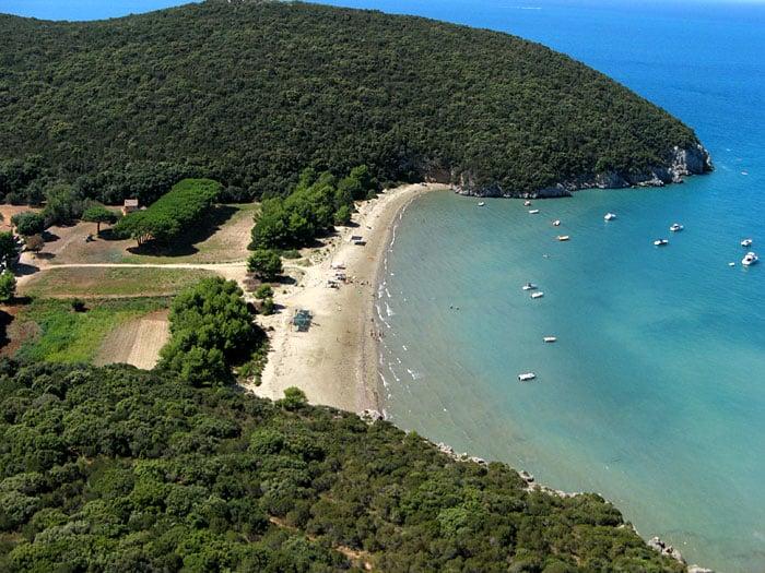 Cala di Forno è una delle 6 spiagge più belle della Toscana, luoghi ideali dove trascorrere un weekend o le vacanze estive