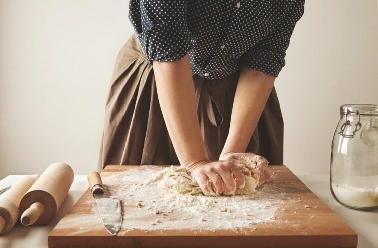 Preparando la pasta per i tortelli di patate del Mugello