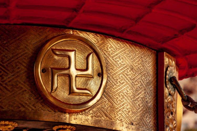 La svastica è un antico simbolo appartenente alla religione induista