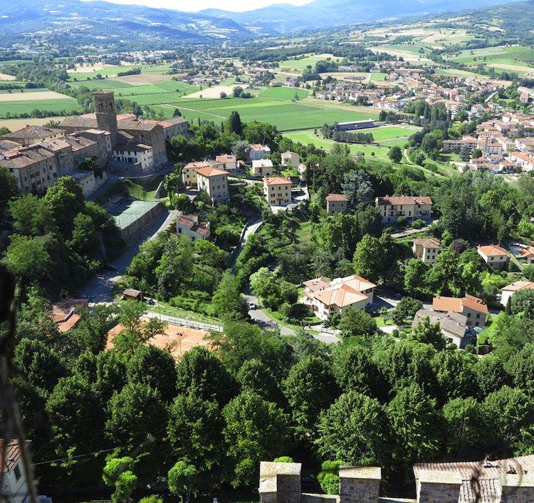 Il Golf Club Casentino di Poppi (Arezzo) amplia il percorso arrivando a 14 buche : oggi è in grado di ospitare fino a 80 giocatori