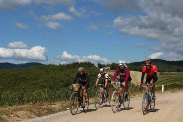 L'Eroica, la manifestazione sportiva che vede bici d'epoca e partecipanti col panciotti pedalare per il Chianti